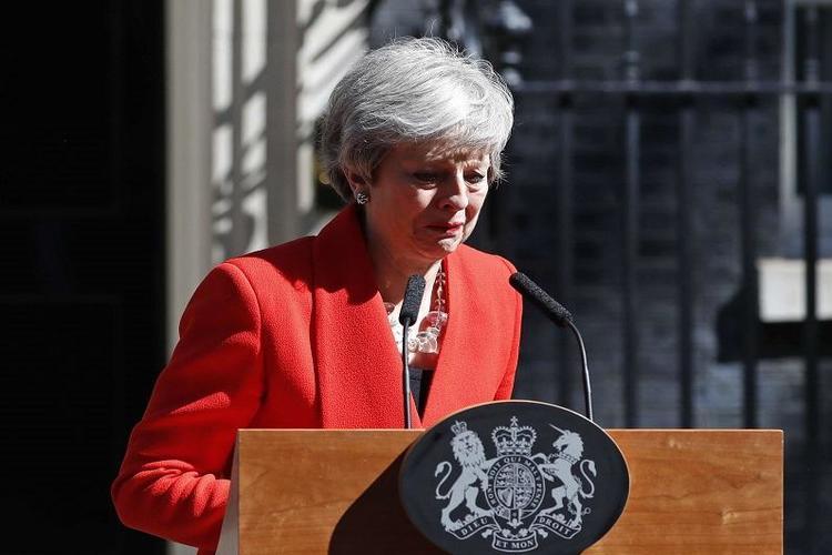 رئيسة وزراء بريطانيا تجهش بالبكاء وهي تعلن استقالتها.. فيديو