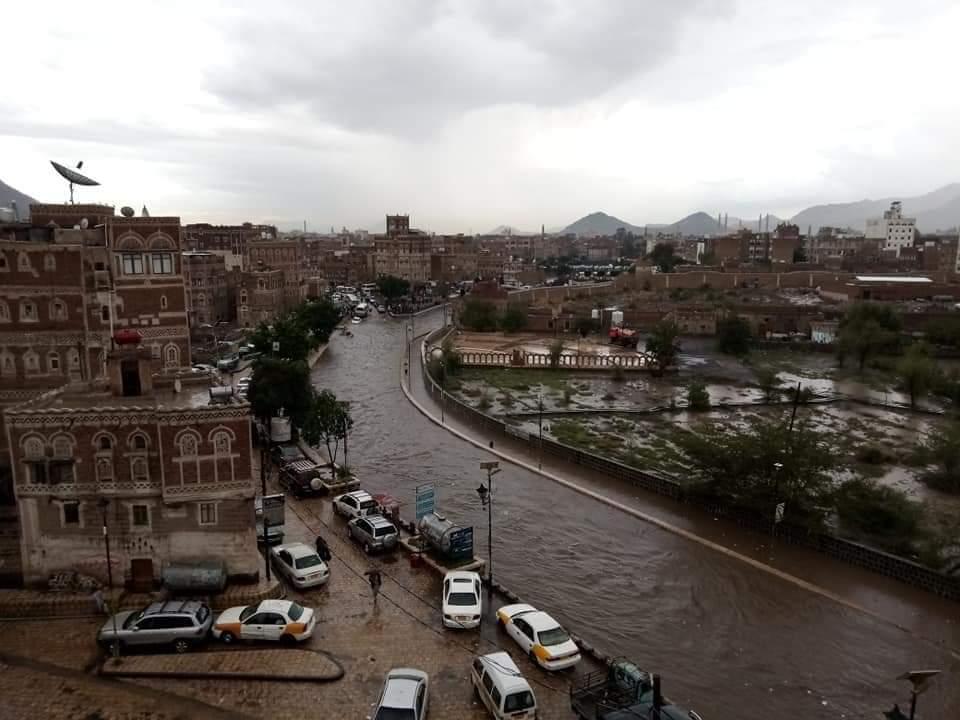 بالفيديو.. شوارع صنعاء تغرق بالسيول بعد الأمطار الغزيرة