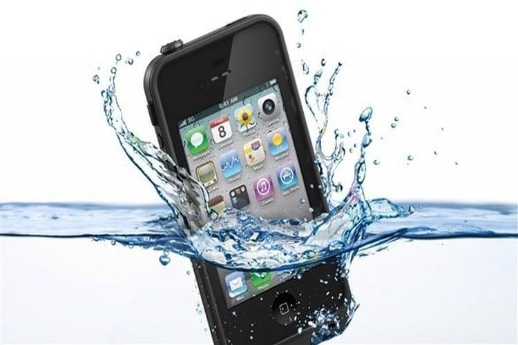 كيف تنقذ هاتفك إذا سقط في الماء؟