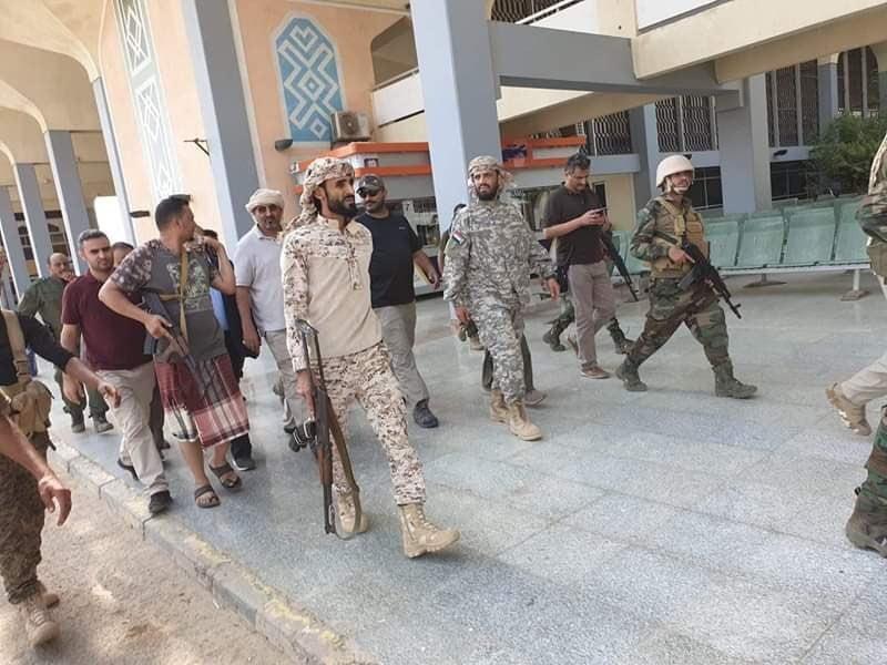 بالصور.. ظهور عيدروس الزبيدي وهاني بن بريك في مطار عدن