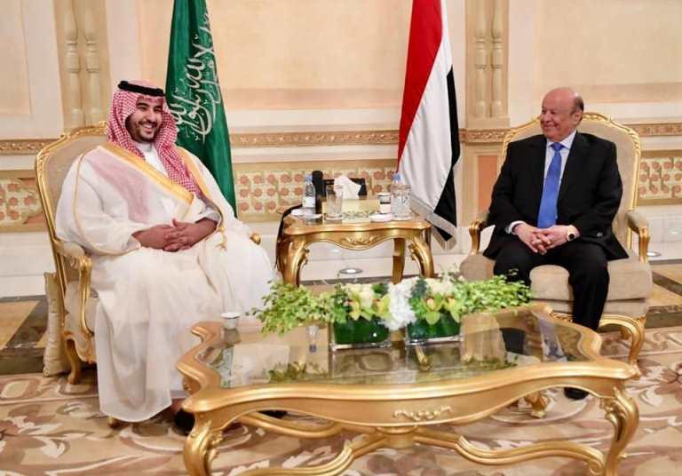 الرئيس اليمني هادي خلال اللقاء مع الأمير خالد بن سلمان في الرياض