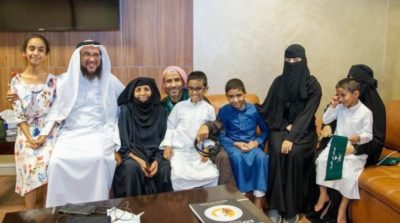 ناصر الذروي مع عائلته في جدة السعودية بعد احتجاز لسنوات