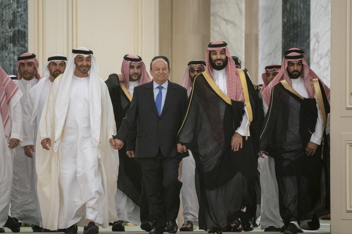 محمد بن زايد مع الرئيس هادي ومحمد بن سلمان خلال توقيع اتفاق الرياض