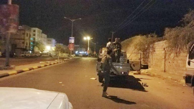 قوات أمنية في عدن أثناء اشتباكات دار سعد والشيخ عثمان