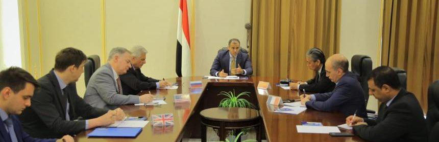الحكومة في لقاء سفراء الخمس تتهم الانتقالي بإعاقة تنفيذ اتفاق الرياض