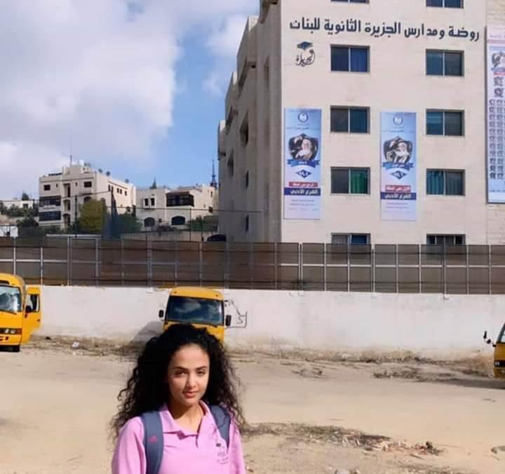 توجان البخيتي أمام مدارس الجزيرة في الأردن
