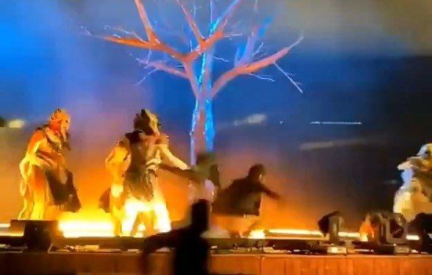 لحظة مهاجمة فرقة موسيقية استعراضية في العاصمة السعودية الرياض