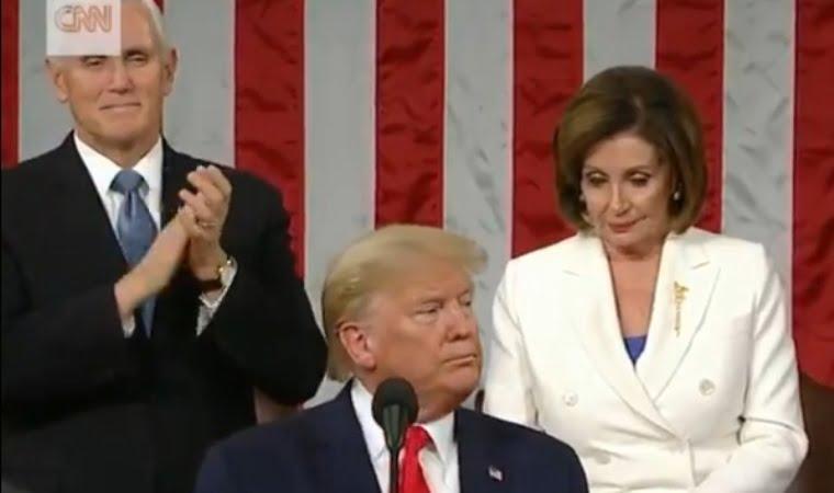 نانسي بيلوسي تمزق خطاب ترامب في الفيديو