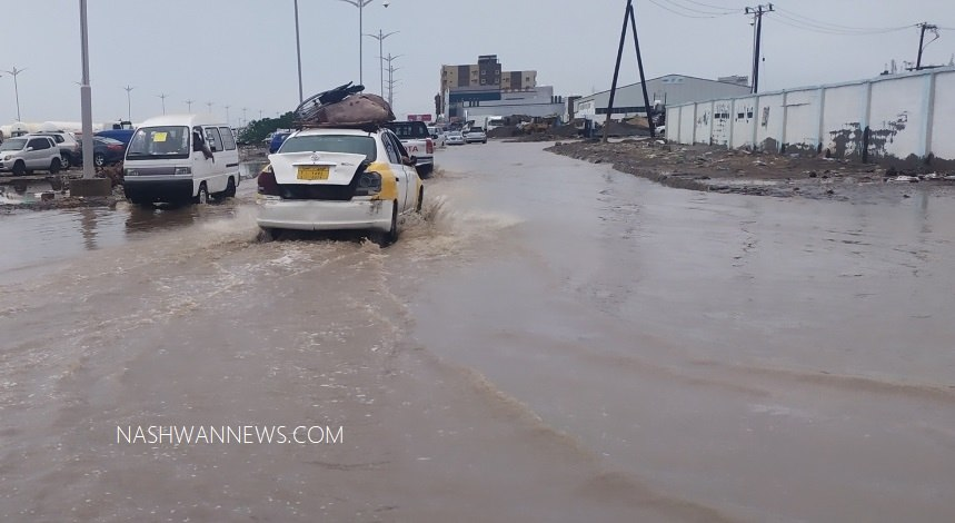 أمطار وسيول تغرق شوارع عدن