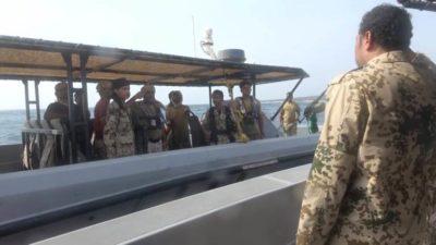 قائدا خفر السواحل وأمن الحديدة في جزيرة حنيش