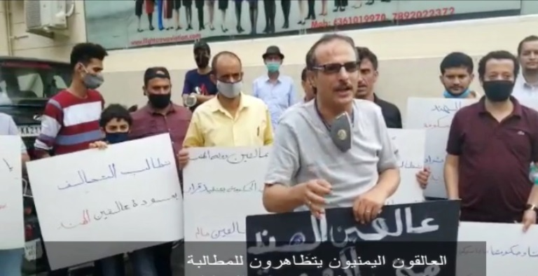 العالقون اليمنيون في الهند يتظاهرون للمطالبة بإعادتهم للبلاد