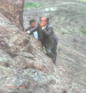 الدكتور يوسف محمد عبدالله في أحد جبال بني مطر يستكشف مطلع التسعينات