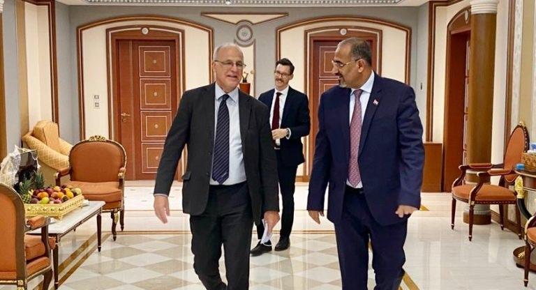 رئيس المجلس الانتقالي في اليمن عيدروس الزبيدي مع سفير بريطانيا مايكل آرون
