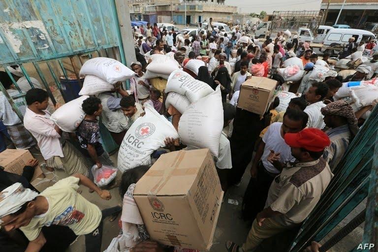 الحوثيون يسرقون الغذاء من أفواه الجائعين: سلسلة رصد وتوثيق لبعض جرائم النهب