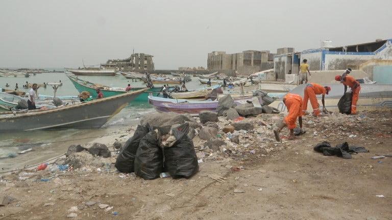 تعز: الهلال الأحمر الإماراتي يدشن حملة نظافة بمديرية ذوباب
