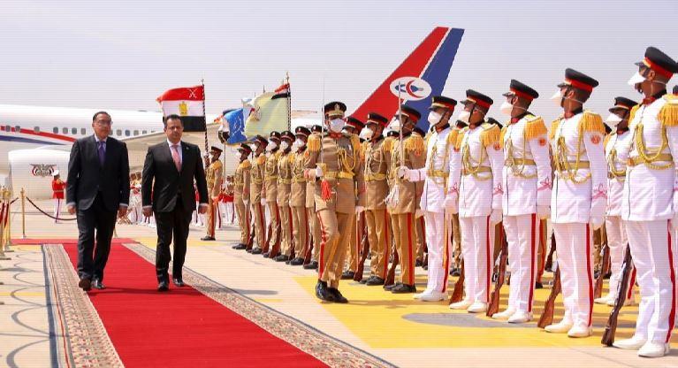معين عبدالملك رئيس الحكومة اليمنية خلال استقبال نظيره المصري