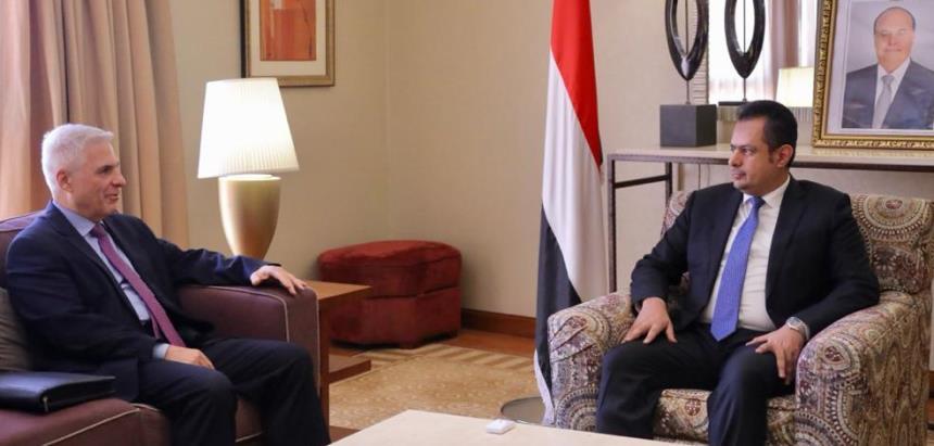 رئيس الحكومة اليمنية معين عبدالملك مع سفير روسيا فلادمير ديدوشكين