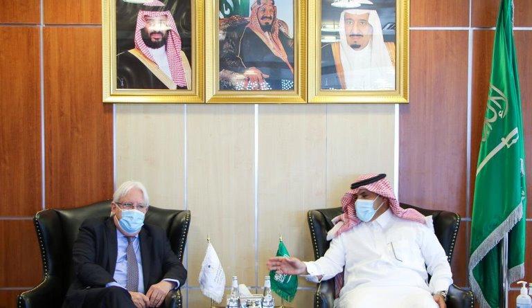 السفير السعودي لدى اليمن محمد آل جابر مع المبعوث الأممي مارتن غريفيث