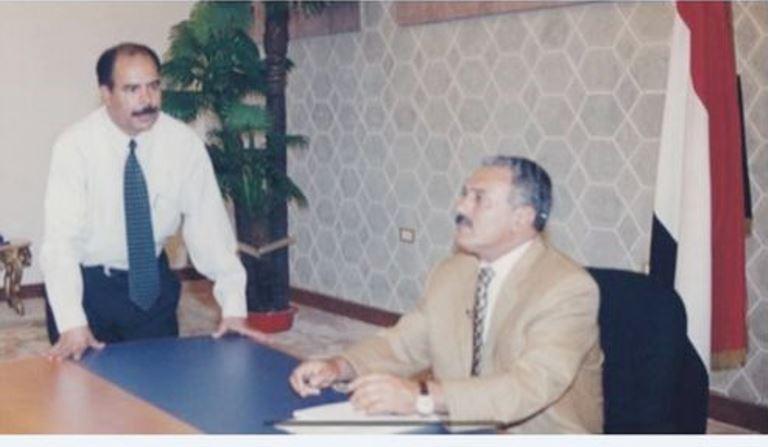 علي عبدالله صالح مع الصحفي أنور العنسي
