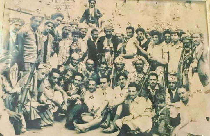 شاهد.. صورة نادرة في الأسبوع الأول تضم ستة فنانين لثورة سبتمبر