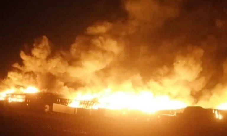 الحوثيون يحرقون ثلاثة مستودعات تابعة لإخوان ثابت في الحديدة