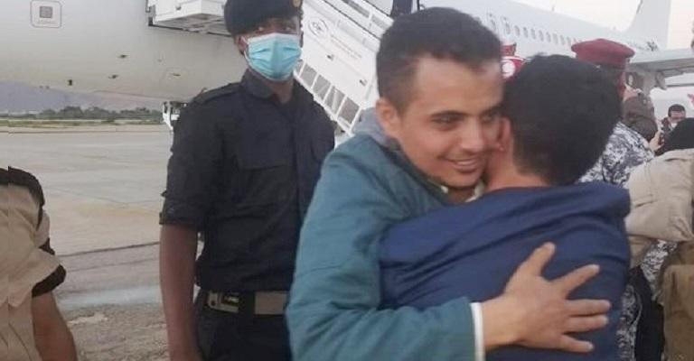 وصول خمسة من الصحفيين المختطفين المفرج عنهم إلى سيئون