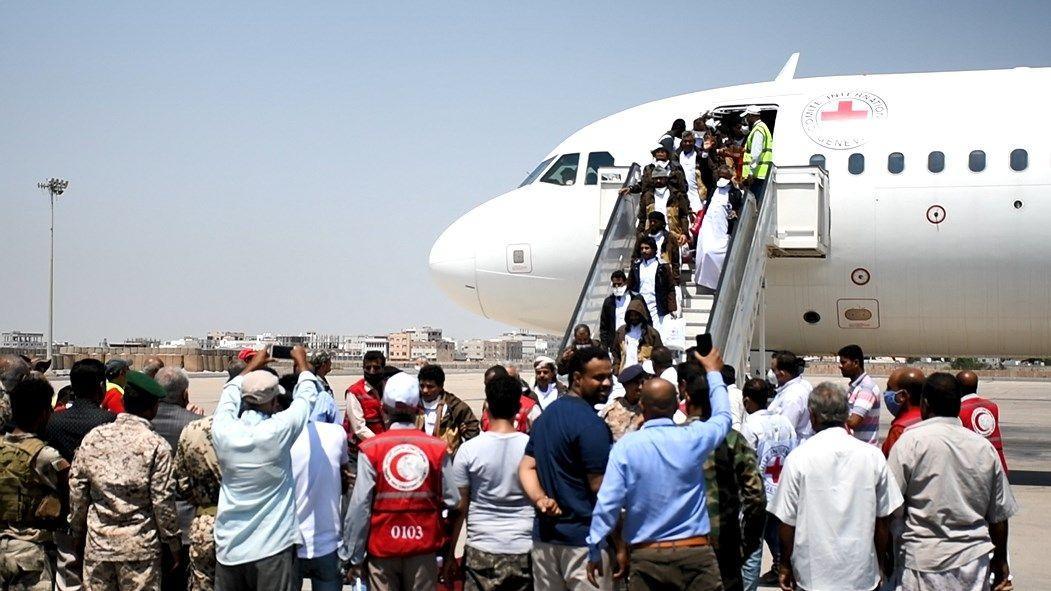 بالأسماء.. وصول أفراد القوات المشتركة المحررين من سجون الحوثي إلى عدن