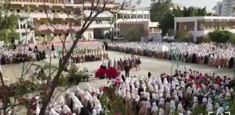 نشيد اليمن بلادنا في مدرسة بمدينة تعز