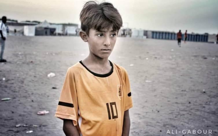 الطفل أيمن نجل ضحية انفجار لغم زرعه الحوثيون في الحديدة