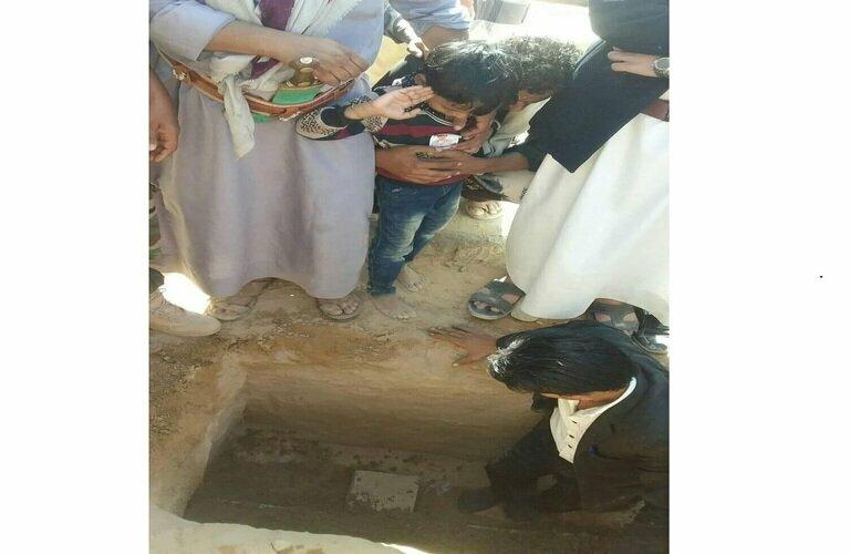 طفل يودع والده الشهيد صدام مجاهد الحاج بتحية عسكرية أثناء دفنه.