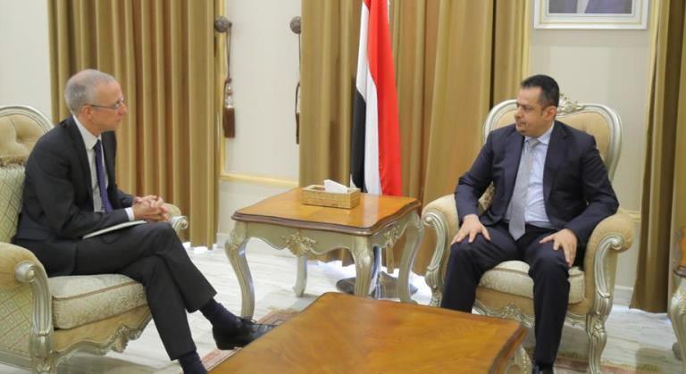 رئيس الحكومة معين عبدالملك مع مبعوث المجاعة البريطاني نك داير