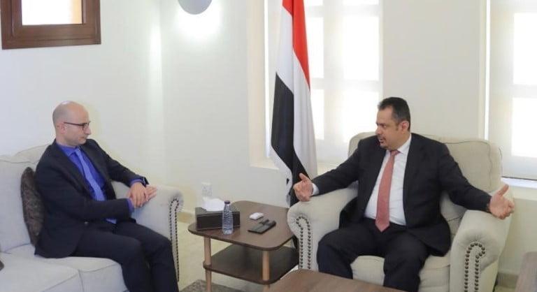 رئيس الحكومة معين عبدالملك مع السفير الفرنسي جان ماري