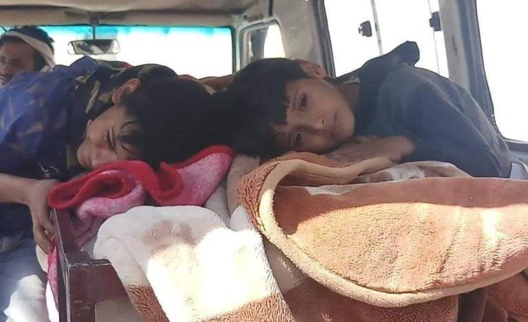 طفلا القتيلة اليمنية أحلام العشاري بعد مقتلها في العدين إب