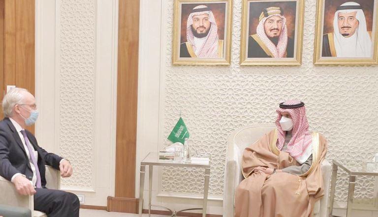 المبعوث الأمريكي إلى اليمن تيم كيندرلينغ مع وزير الخارجية السعودية فيصل فرحان