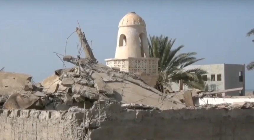 بالفيديو.. قصف حوثي يدمر مسجداً في حي منظر جنوب الحديدة