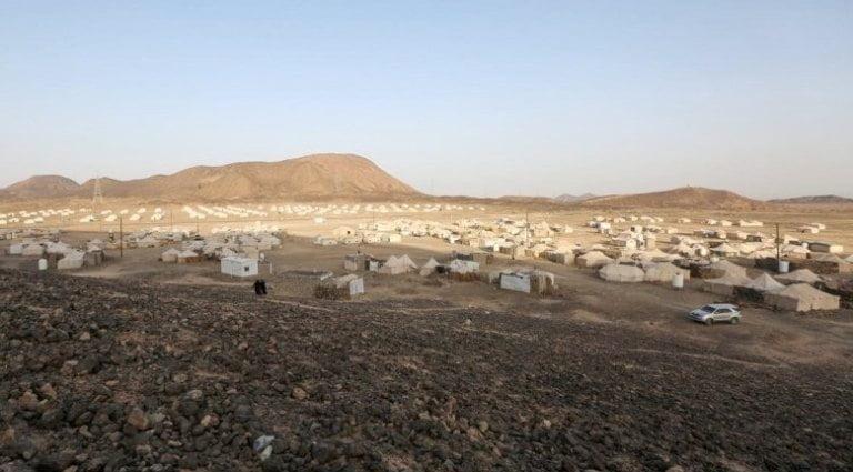 الحكومة تستغرب الصمت الدولي بعد قصف الحوثي مخيماً للنازحين في مأرب