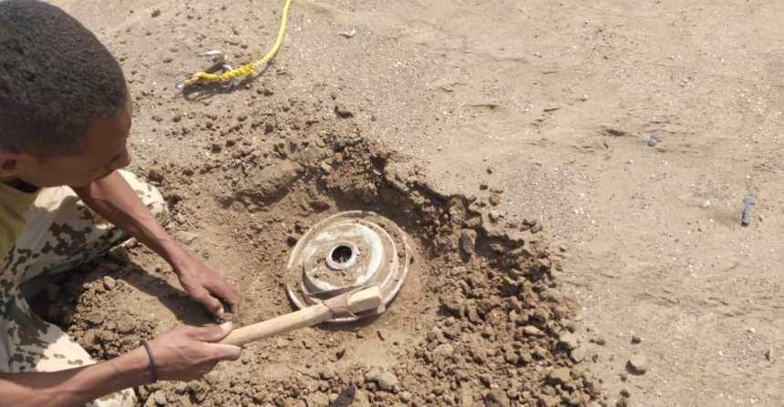 تفكيك ونزع شبكة ألغام زرعها الحوثيون في أحد أحياء الحديدة