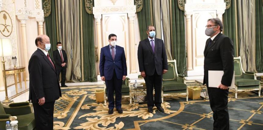 الرئيس هادي يتسلم أوراق اعتماد سفراء أربع دول لدى اليمن