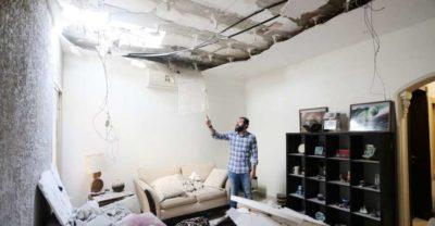 بقايا صاروخ حوثي في أحد المنازل بالعاصمة السعودية