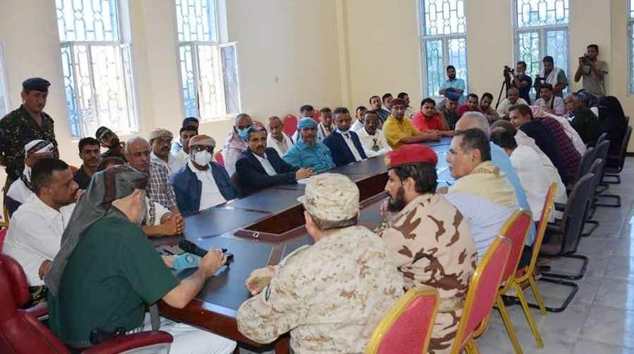 محافظ تعز يترأس أول اجتماع في مبنى السلطة المحلية في المخا