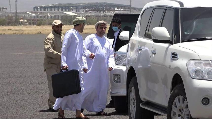ماذا يحمل الوفد العماني بهذه الحقيبة إلى الحوثيين في صنعاء؟