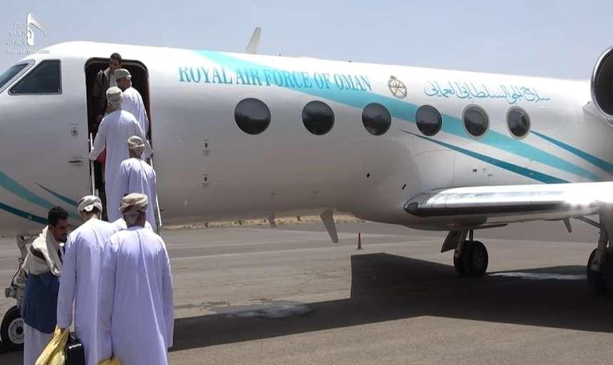 الوفد العماني يغادر صنعاء.. والحوثيون: عقد لقاءات عسكرية وشخصيات مأرب